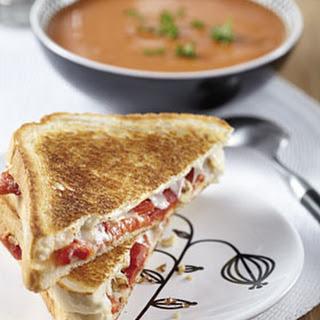 Tomaten Cremesoep Met Een Tosti Walnoten, Geitenkaas, Paprika