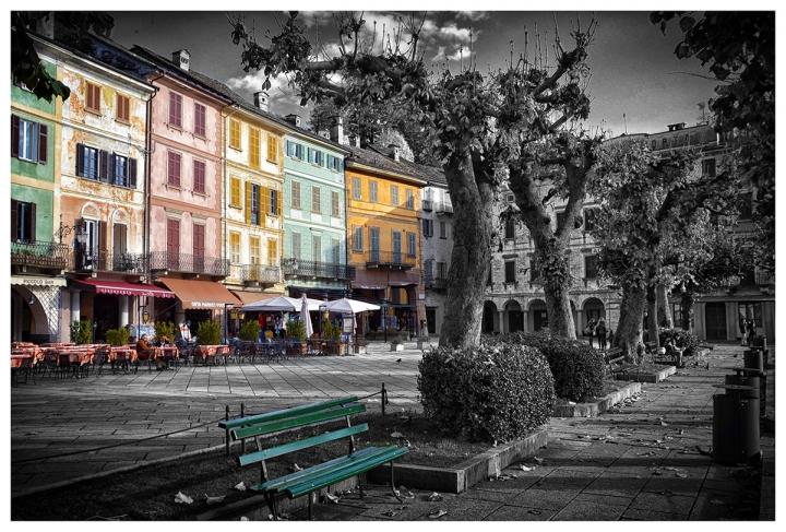 Contrasto di grigi e colori in piazza di luly972