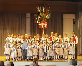 Photo: Gesamtaufnahme der Trachtengruppe und Kindertanzgruppe Waldenburgertal