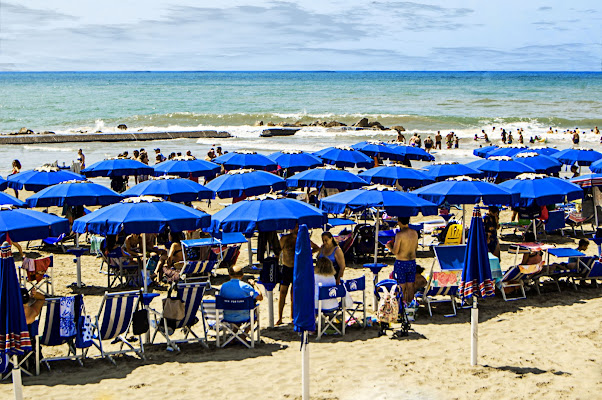 Ombrelloni blu di albertocastagnaphoto