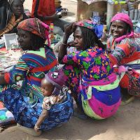 colori e volti in un mercato africano