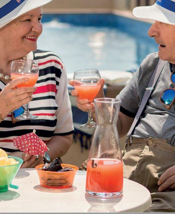 disfrutando de un zumo en la terraza de las residencias geriatricas de lujo Ballesol