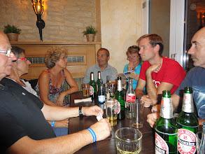Photo: Le soir dans une pizzeria avec une nourriture correcte, mais un service assez déplorable -- il aura fallu plus d'une heure et demie avant que David et Henri ne puissent manger !