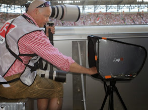 Photo: Christian benutzt ein iCap MIN PRO, befestigt mit seinen 2 Klettbändern an ein Stativ mit Platte. Copyright Kolbert-Press www.kolbert-press.de