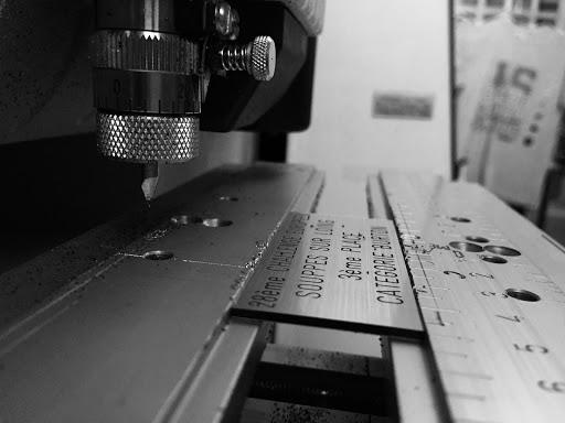 Atelier de gravure, graveur de plaque et trophée 78