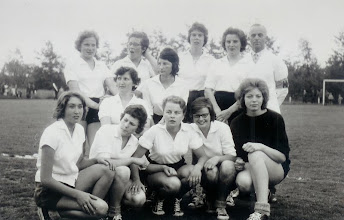 Photo: eerste dameselftal van vv Vuren in 1964 achterste rij  Riet Tongerlo - Mia Walraven -Gerry Ekelmans? -Metje Roza - Dirk Roza - midden Jaantje Versteeg - Christien de Kock - voorste rij Mary Verhoeven - Ank Roza - Ria v/d Giessen - .... v Zandwijk en ..... Philipse