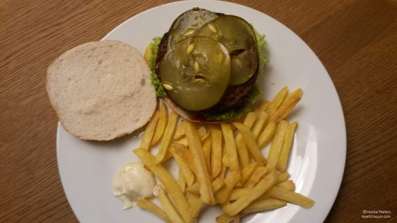 Veggie hamburger met frietjes (Le petit requin)