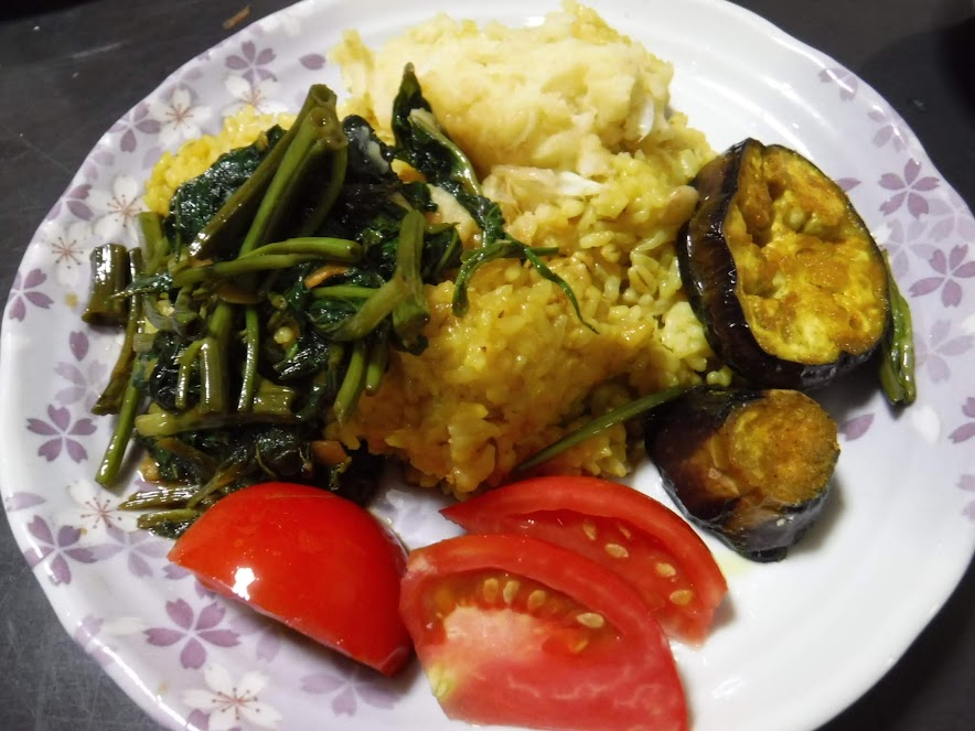 バングラデシュのキチュリ(お豆の炊き込みご飯)、ベグンバジ(ナスを揚げたの)、アルーボッダ(じゃがいものマッシュ)、空心菜炒め、世界一トマト