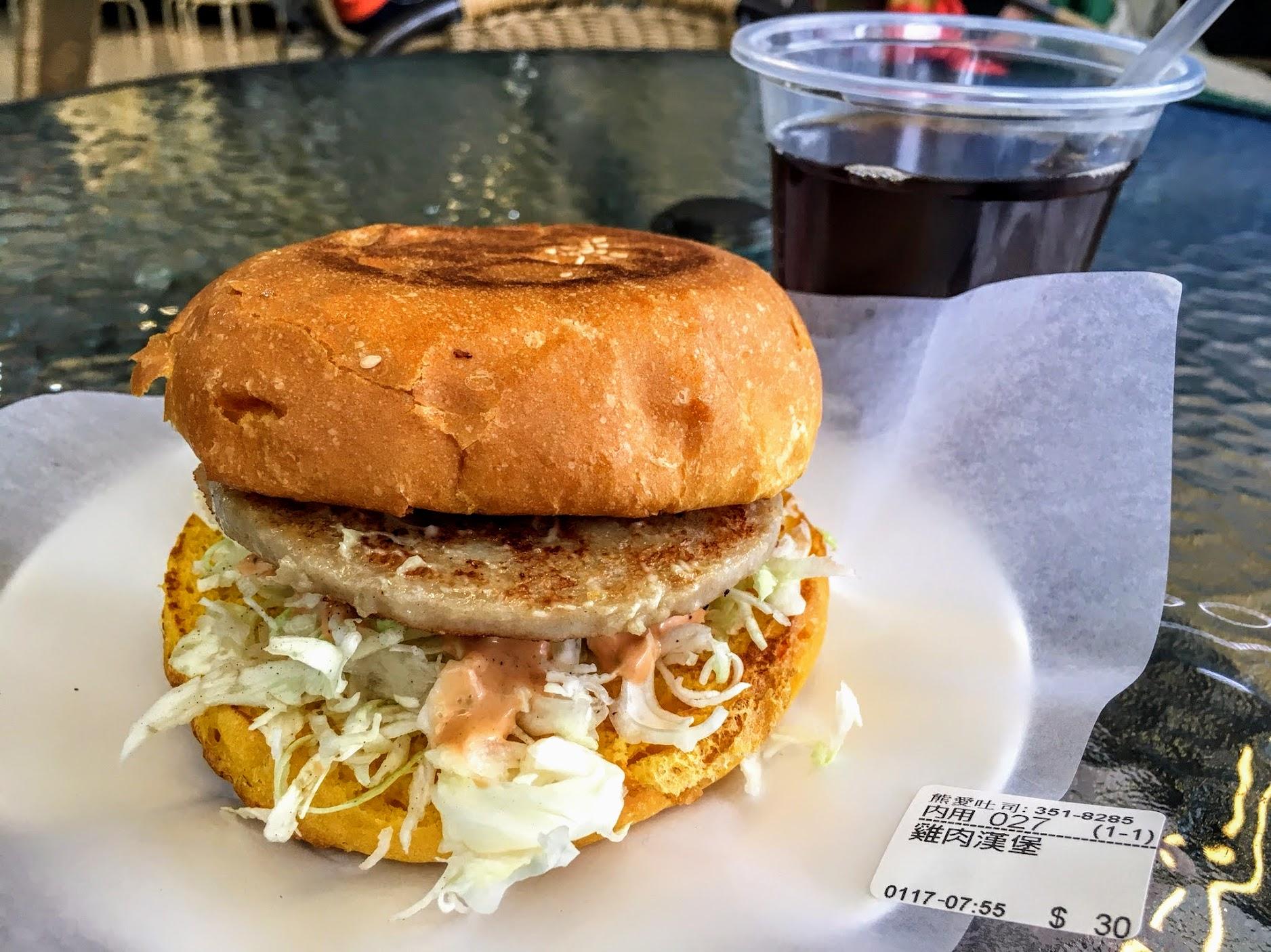 雞肉漢堡,中間夾著雞肉片,只是雞肉片不大塊就是了...底下生菜是切絲的,再淋上沙拉醬...