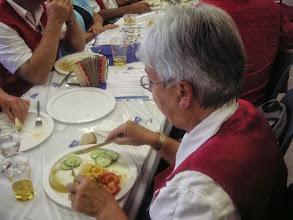 Photo: Auch unsere Präsidentin Margrit Siegrist geniesst das gute Essen.