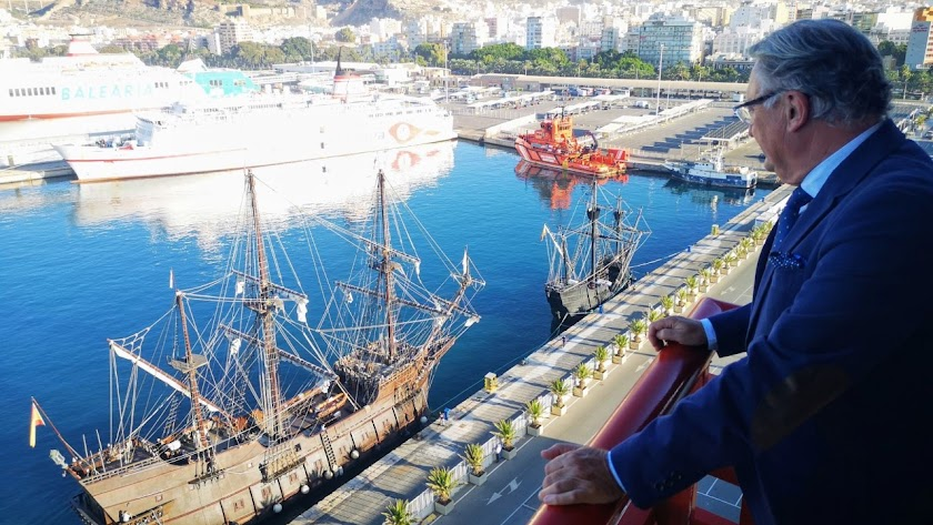 El presidente de la Autoridad Portuaria, Jesús Caicedo, ha seguido la entrada de los barcos al Puerto de Almería.
