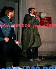 Photo: Bürgerechtler & Theologe Heiko Lietz beruhigt aufgebrachte Demonstranten vor der SED Parteizentrale und sichert so ein friedliches Ende der Montagsdemonstration.  http://www.beepworld.de/members5/jennus/staatssicherheit.htm