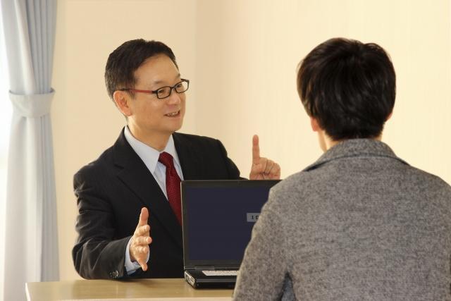 MEO対策の会社から説明を受ける男性ひとり経営者
