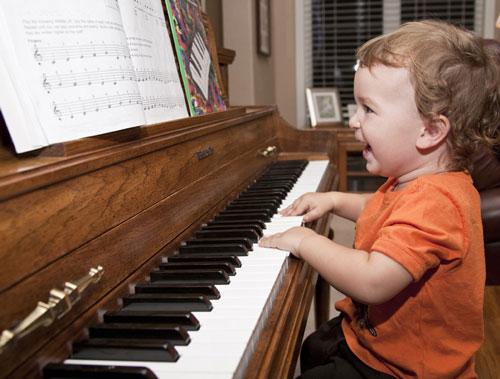 Nếu bé thích thú với âm nhạc, hãy cho bé học đàn