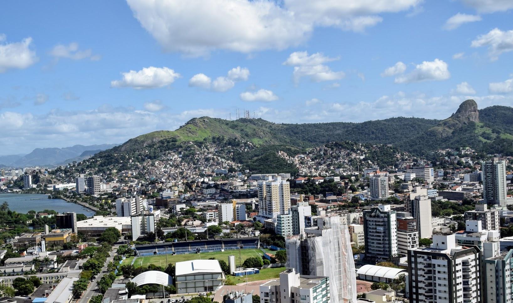 Morro do Vigia, Pedra do Urubu, Morro da Fonte Grande e Pedra dos Dois Olhos, vistos do alto de Jesus de Nazareth