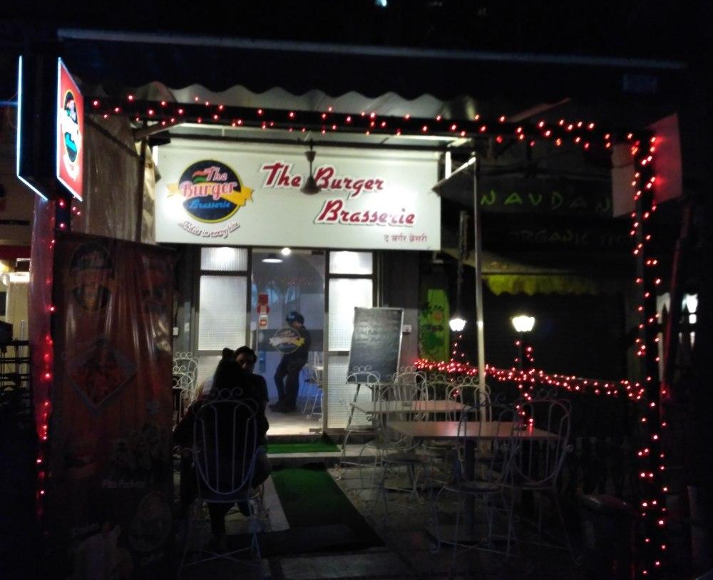 best-pet-friendly-cafes-mumbai-burger-brasserie_image