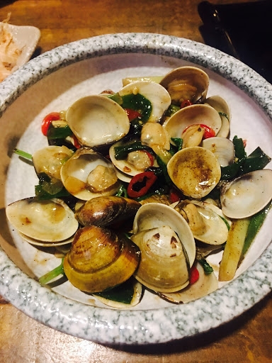 菜色做的還不錯,很熱鬧,是可以接近四顆星 不過蛤蜊過鹹了,明太子花枝(花枝好吃,莎拉太多)總之菜色美味,但有點美中不足,畢竟一個人約580,點菜規定不太合理