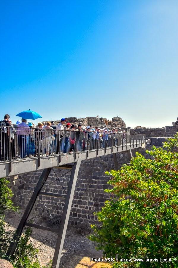 Экскурсия в Израиле с гидом Светланой Фиалковой. На мосту через ров крепости Кохав а-Ярден.