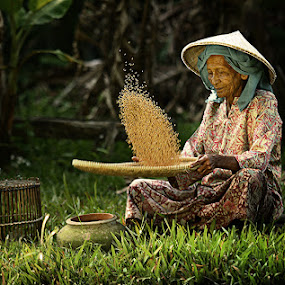 AN AFTERNOON by R'zlley TheShoots - People Portraits of Women ( asia, human interest, senior citizen, women )