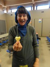 Photo: De 4des maakten frieten in mooie vormpjes. Erida wou dat hartje wel opeten...