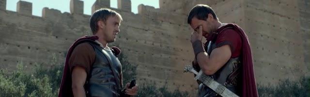 Tom Felton y Joseph Fiennes frente a la Alcazaba en Resucitado.