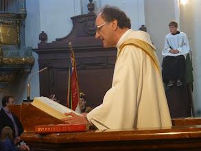 Photo: Diakon Johann Wolf liest das Evangelium vom Zacharias.