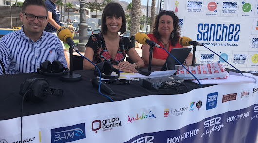 Jornada intensiva de calor en el programa 'Hoy por Hoy' en la playa de Aguadulce