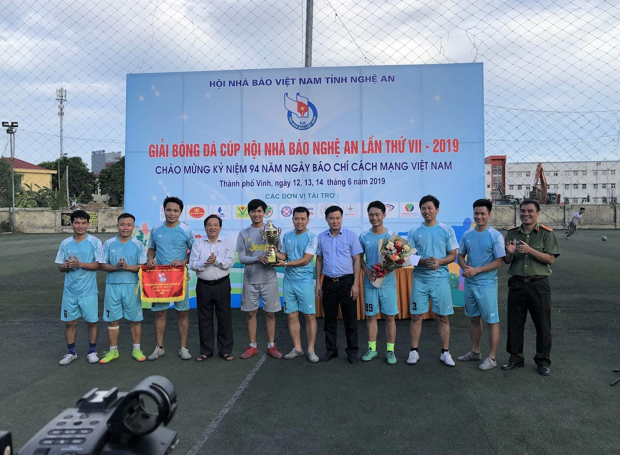 Đội bóng Báo Công an Nghệ An xuất sắc đoạt chức vô địch