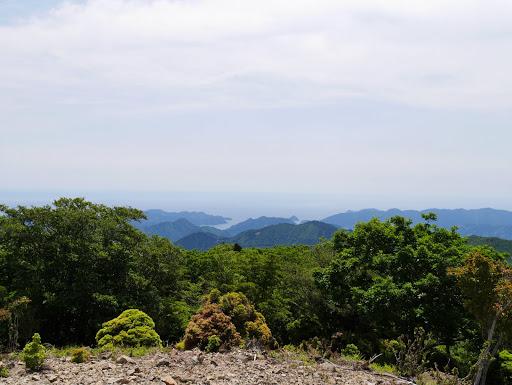 中央手前に橡山、その左に水無峠も見える
