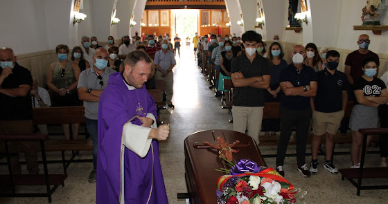Misa funeral por Araceli Nieto, 'Bar La Kika', en la iglesia de El Alquián