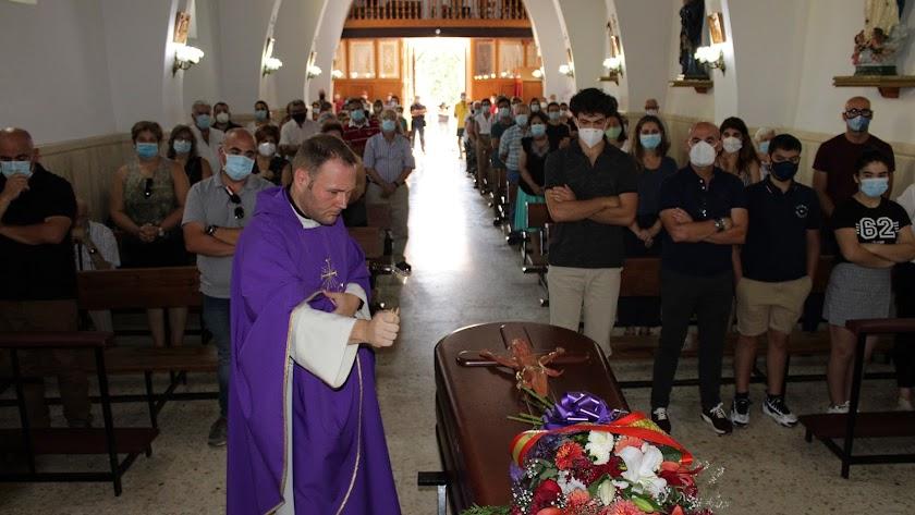 El párroco oficiando el responso por el alma de Araceli Nieto.
