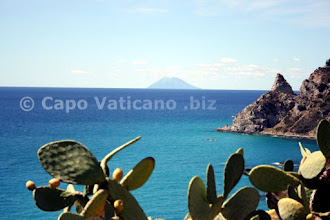 Photo: Lo Stromboli e lo sperone di Capo Vaticano.