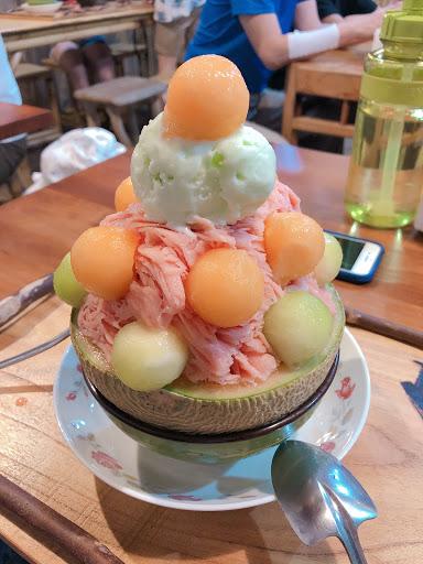西哈美梅裡的雪花冰是西瓜口味 很少見,吃完很解渴 下面的哈密瓜還有些果肉可以吃 可以兩人分很剛好