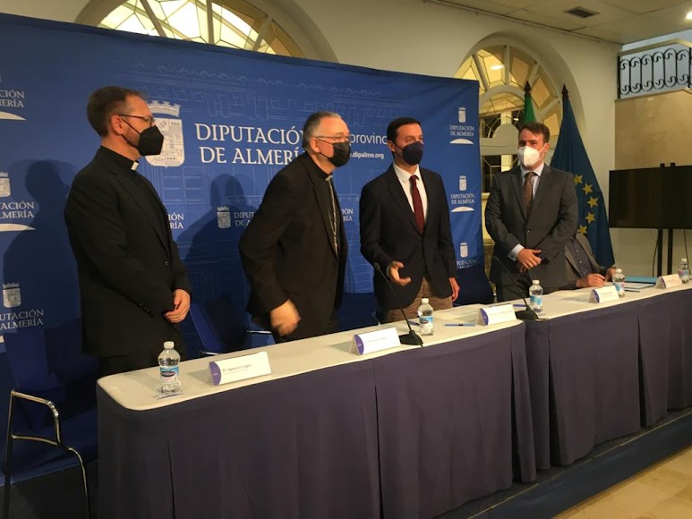 Minutos antes de la rueda de prensa celebrada en la Diputación.