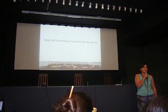 Photo: A museóloga Inês fazendo sua apresentação sobre a Rede de Museologia Social do RJ
