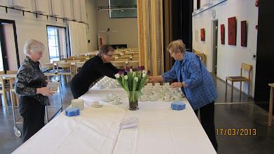 Photo: Kahvipöydän kattaus 80 henkilölle on alkanut.
