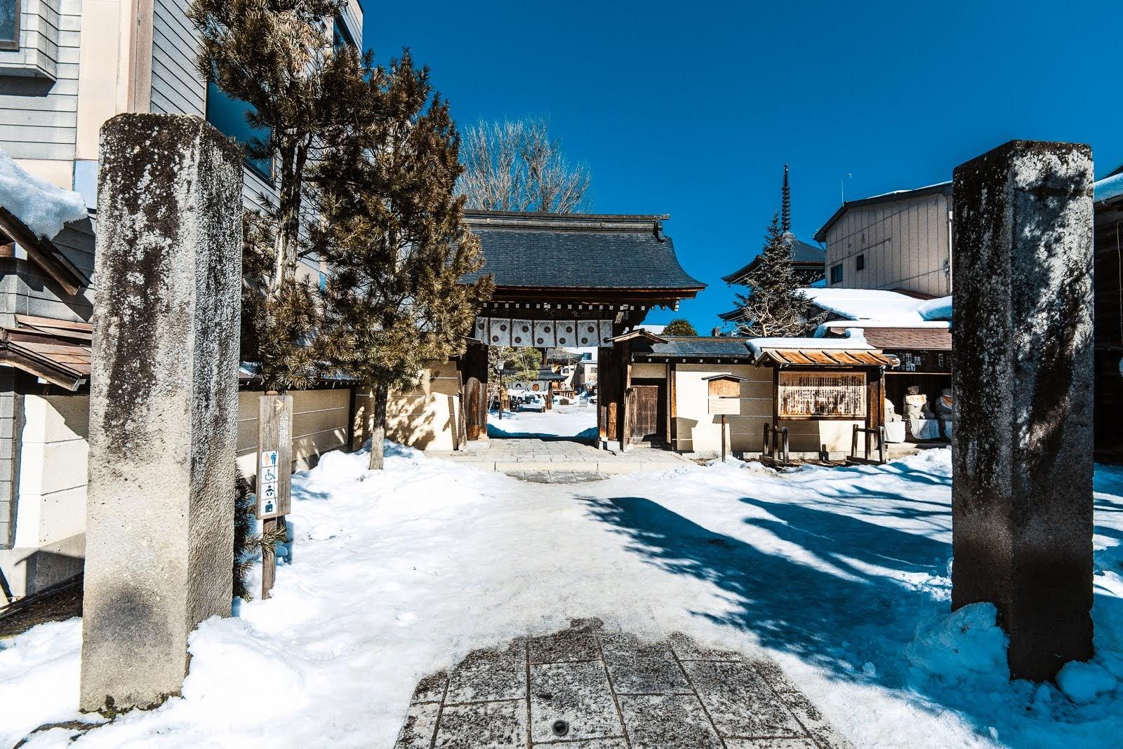 因為前一天下大雪還沒有融化的關係,地上其實都是很容易讓人滑倒的積冰,行走時要特別小心。