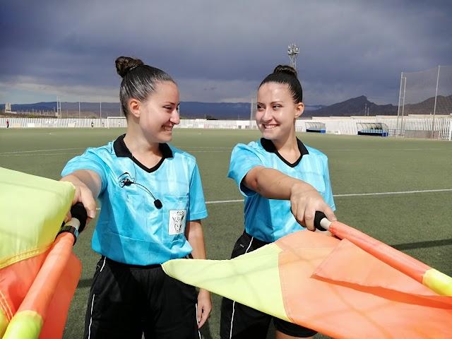 Andrea y Marta sonríen.