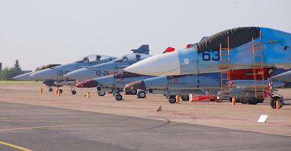 Photo: Płyta postojowa z samolotami przygotowywanymi do pokazów w locie - na pierwszym planie białoruski SU-27, następnie czeskie L-159, hiszpańskie F-18 oraz Gripen