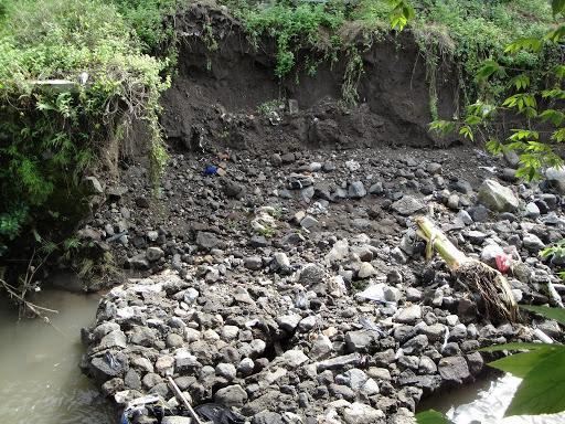 kerusakan rusunawa - tembok pembatas habis terkikis aliran air sungai