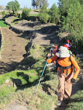 Photo: Caminando por bordos y molles II Dejando Paucarpata para cruzar el río Paucarpata - Sogay - Sabandia