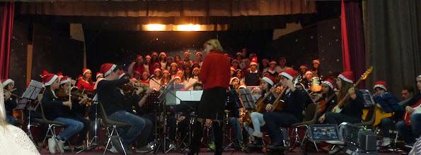 Photo: la prof.ssa Loria dirige l'orchestra