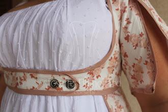 Photo: Vestido sem mangas império em algodão e cambraia brancos e capa em algodão estampado floral rosa forrada de algodão branco.   Site: http://www.josetteblanchard.com/  Facebook: https://www.facebook.com/JosetteBlanchardCorsets/  Email: josetteblanchardcorsets@gmail.com josetteblanchardcorsets@hotmail.com