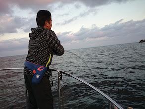 """Photo: 今日もご乗船頂きました! """"タケウチさん""""、1流し目からフィーッシュ!"""