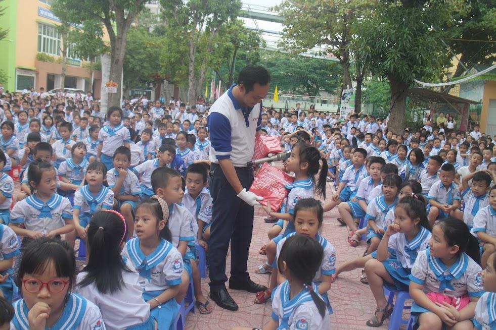 Honda Hưng Phát tặng quà cho các em học sinh trả lời đúng các câu hỏi về Luật ATGT đường bộ