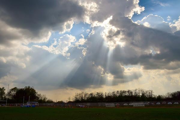 raggi di sole su pista di atletica  di DiegoCattel