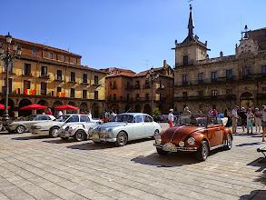 Photo: Exposition de vieilles voitures allant à Saint Jacques sur la plaza Mayor