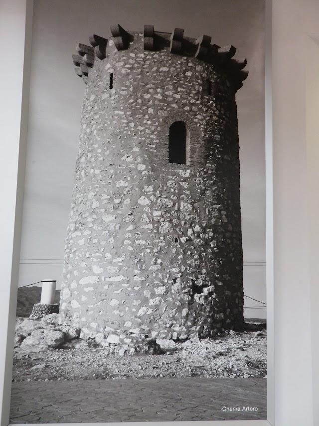 La Torre de Cárdenas en una imagen a la entrada de la farmacia.
