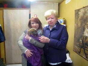 Photo: Do nowego domu pojechało ostatnie szczenię Niuni. Pani przyjechała po dorosłego psa- samca, a wyjechała ze szczeniakiem- suczką. Już dostałyśmy smsa, że rodzina jest szczęśliwa z wyboru, my również. Dzieciaki nie powinny spędzać dzieciństwa w schronisku.