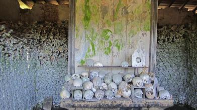 Photo: Het knekelhuis op het kerkhof van Marville